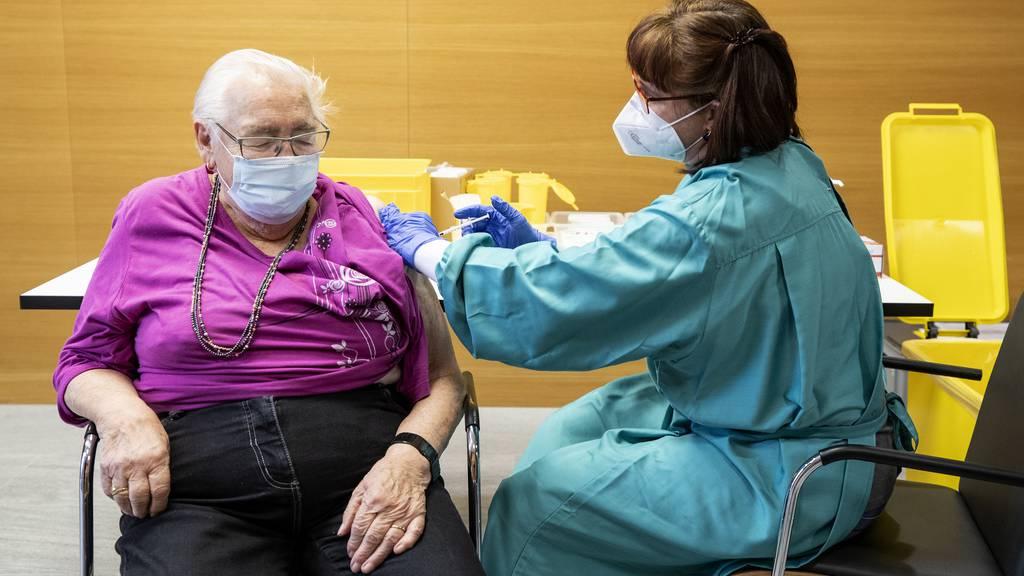 Emmi Zimmerli wird an ihrem 89. Geburtstag gegen Covid-19 geimpft, in einem Altersheim in Gelterkinden (BL) am 29. Dezember 2020.