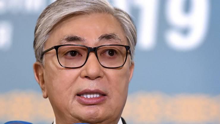 Übergangspräsident Kassym-Schomart Tokajew hat in Kasachstan die Wahl zum Staatsoberhaupt wie erwartet gewonnen.