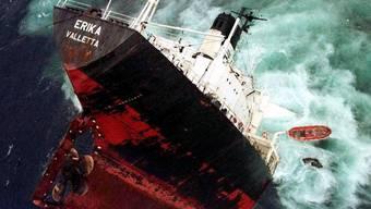 Der Tanker Erika Valletta am 13. Dezember 1999 vor der französischen Küste (Archiv)
