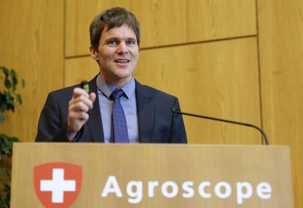 Michael Gysi, Chef der Eidgenössischen Forschungsanstalt Agroscope, referiert an der einberufenen Pressekonferenz.