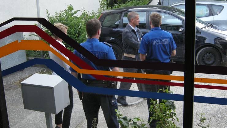 Szene von der Gemeindeversammlung im Juni, die unter Polizeischutz ablief und an der Vorwürfe wegen der Untersuchung von Spesenabrechnungen an Manfred Küng (Mitte) gerichtet wurden.