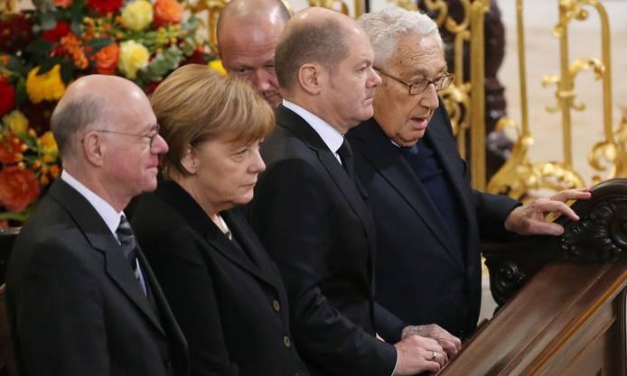 Prominente Trauergäste(v.l.): Bundestagspräsident Norbert Lammert, Kanzlerin Angela Merkel, der Hamburger Bürgermeister Olaf Scholz und der ehemalige US-Aussenminister Henry Kissinger.