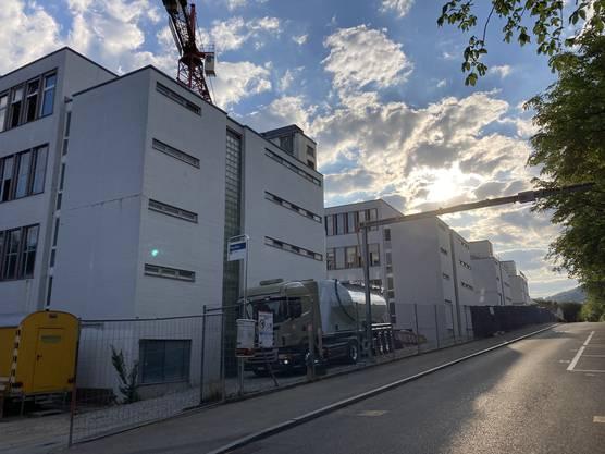 Die Bauarbeiten an der Römerstrasse in Baden laufen. Die Pavillons werden zu Wohnungen umgenutzt.