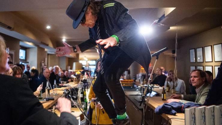 """Udo Lindenberg (Mitte), Sänger, tanzt in der Berliner Bar Freundschaft auf dem Tresen. Lindenberg und der Autor Hüetlin stellten gemeinsam die Biografie """"Udo"""" von Deutschlands renommierten Rockstar vor."""