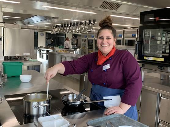 Kim Ackermann steht die Begeisterung ins Gesicht geschrieben: In der Pfanne rühren macht in der neuen Küche mehr Spass.