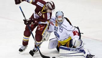 Nick Spaling bleibt am Zuger Goalie Tobias Stephan hängen