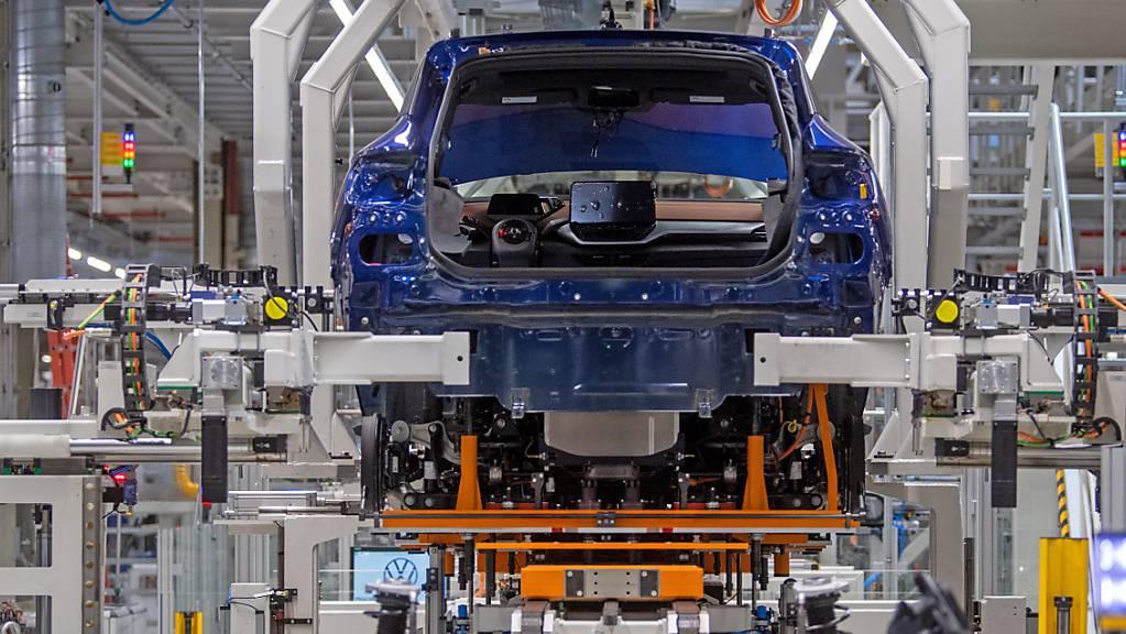 BMW und Volkswagen müssen eine hohe Busse bezahlen: eine Produktionssätte von VW in Sachsen, Deutschland. (Archivbild)