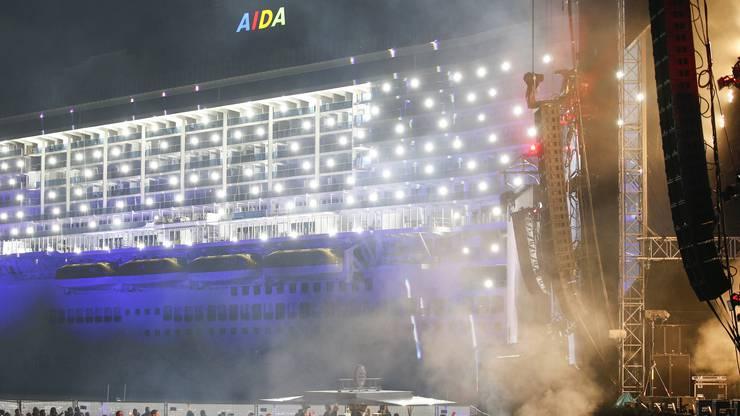 Während des Konzerts von David Guetta erstrahlt auch die AIDAnova in viel Licht.