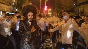 Am Sonntag protestierten in der israelischen Stadt Bnei Brak über 100 ultraorthodoxe Juden gegen die Lockdown-Massnahmen.