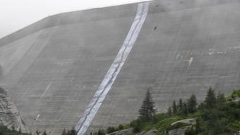 """Ein Kunstwerk, das zum Nachdenken animieren soll: """"Der Riss"""" der Künstlerin und Alpinistin Maya Lalive auf der Staumauer Albigna im südbündnerischen Bergell."""