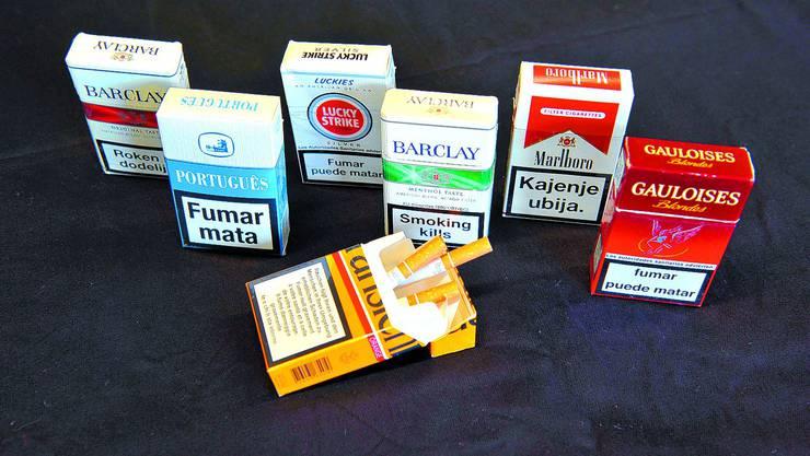 Prävention: Warnhinweise wie «Smoking kills» sind in allen möglichen Sprachen auf Zigarettenpäckchen zu finden. (Bild: Urs Lindt)