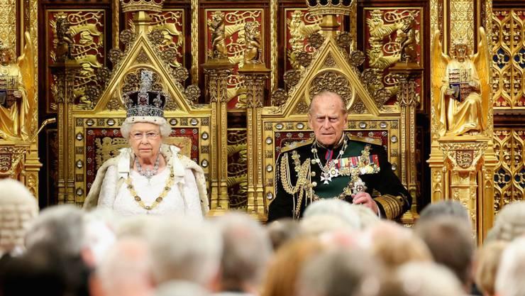 Queen Elizabeth und ihr Ehemann Prinz Philipp vor den versammelten Parlamentsmitgliedern.