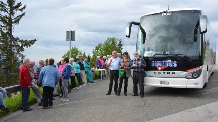 Teilnehmer geniessen den von Eurobus offerierten Apéro und die Chräbeli (v. l.): Fredi und Marion Romann sowie Ernst Seeberger.ZVG