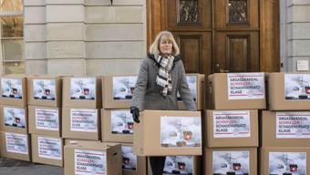Sara Stalder, Geschäftsleiterin der Stiftung für Konsumentenschutz, mit den Kisten, in denen die Klagen an das Handelsgericht überreicht werden.