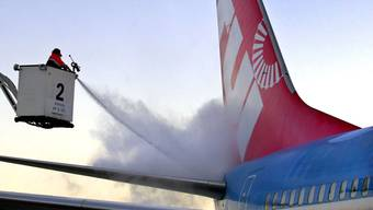 Clariant beliefert rund 100 hundert Flughäfen in Europa: Ein Flugzeug auf dem Flughafen in Dresden wird enteist.