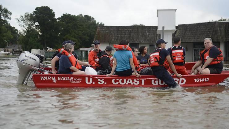 Die Küstenwache bringt in Baton Rouge Menschen vor den Überschwemmungen in Sicherheit - Unterkünfte für die Flutopfer im US-Bundesstaat Louisiana fehlen allerdings.