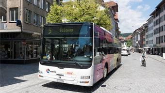 Noch dürfen Busse der Linie 5 durch die Weite Gasse fahren. Künftig soll sie Velofahrern und Fussgängern gehören.