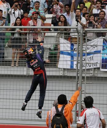 Vettel wirft seine Handschuhe ins Publikum