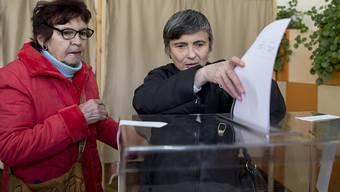 Bulgarinnen geben in der Hauptstadt Sofia ihre Stimmen für die Parlamentswahl ab.