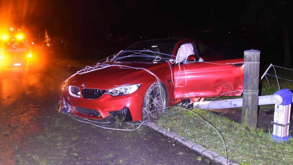 Der 37-jährigen Fahrer baute ohne gültigen Führerausweis und mit einem fremden Auto einen Selbstunfall und verursachte dabei einen Schaden von 60'000 Franken.