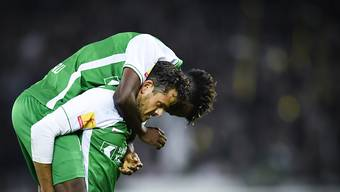 Die beiden Matchwinner für den FC St. Gallen, Tranquillo Barnetta und Majeed Ashimeru, auf Kuschelkurs