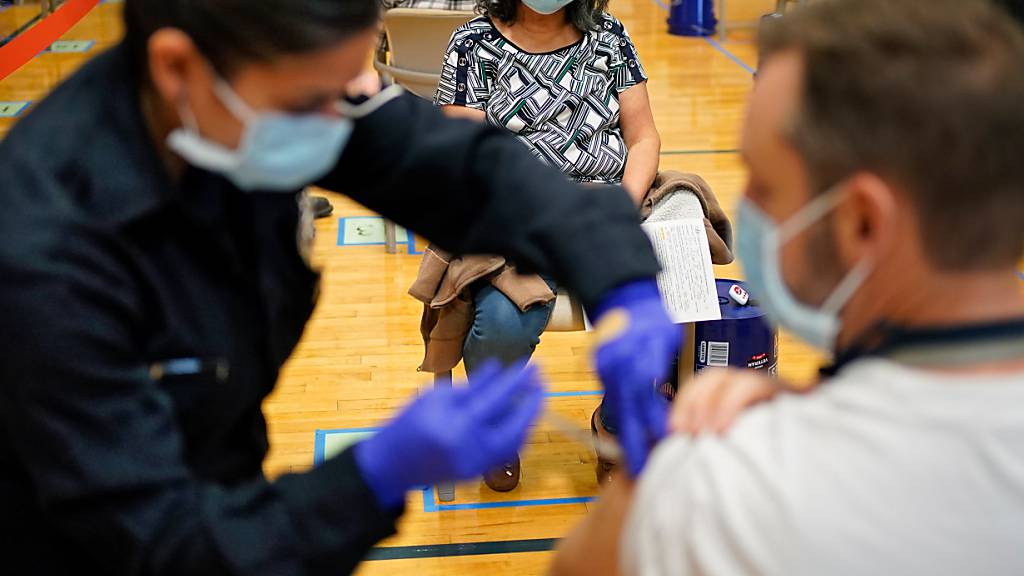 Menschen erhalten den COVID-19-Impfstoff an einer Impfstelle in Las Vegas. Foto: John Locher/AP/dpa