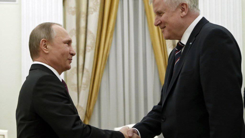 Russlands Präsident Wladimir Putin (l) mit seinem Gast aus Bayern, Horst Seehofer