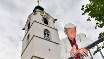 Franz Hohler ist Turmredner der 30. Oltner Kabarett-Tage: Hier am «Tatort» dem Ildefonsplatz, mit dem Stadtturm im Rücken, von dessen Kanzel er am Samstag sprechen wird.