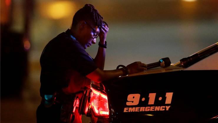 Eine Angehörige der Polizei von Dallas trauert um ihre getöteten Kameraden.