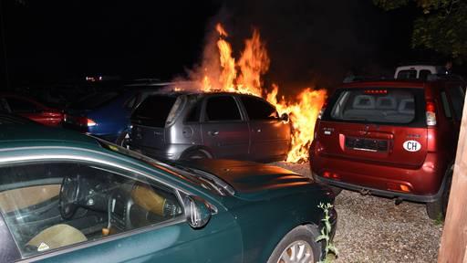Auto niedergebrannt – Brandstiftung wird abgeklärt