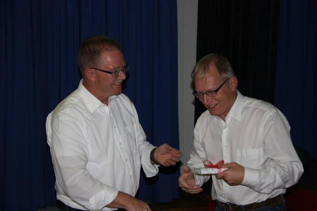 Präsident Hans Wicki dankt Hans Juen für seinen Einsatz als Turnleiter