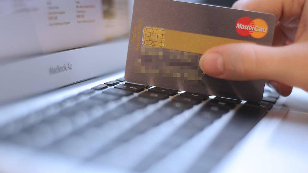 Vorsicht ist geboten, wenn man im Internet mit der Kreditkarte Ferien buchen will. Das Bundesamt für Polizei warnt vor betrügerischen Hotelbuchungsplattformen. (Symbolbild)