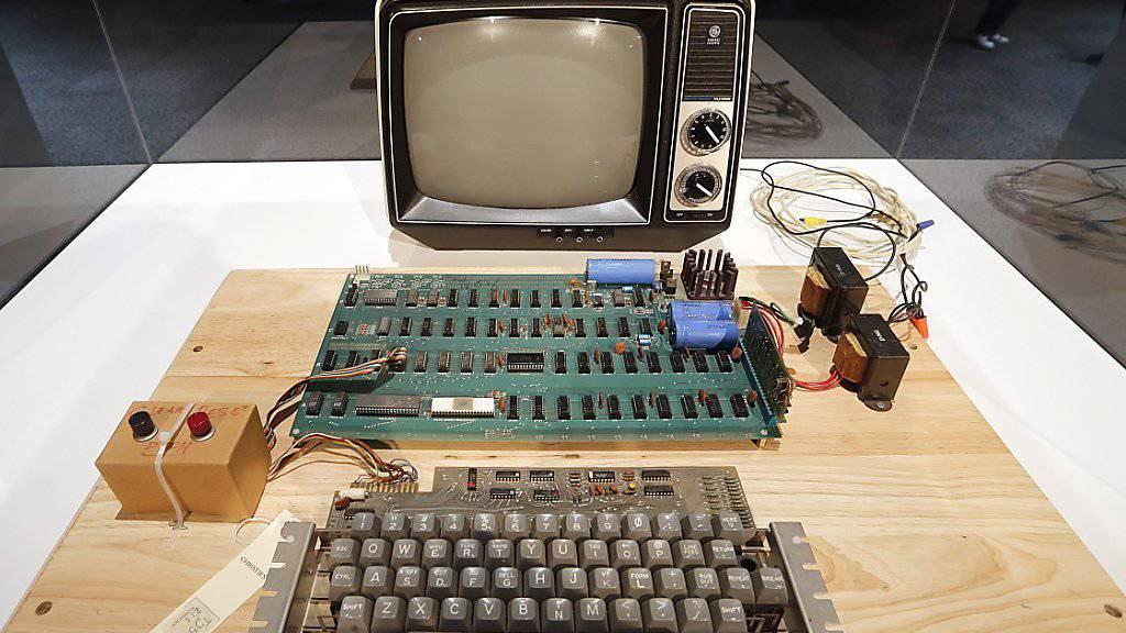 So sah der erste Apple-Computer aus: Er wurde vor 40 Jahren von Steve Wozniak entwickelt. Heute steht der Apple-1 im Computer History Museum in Mountain View (Archiv).