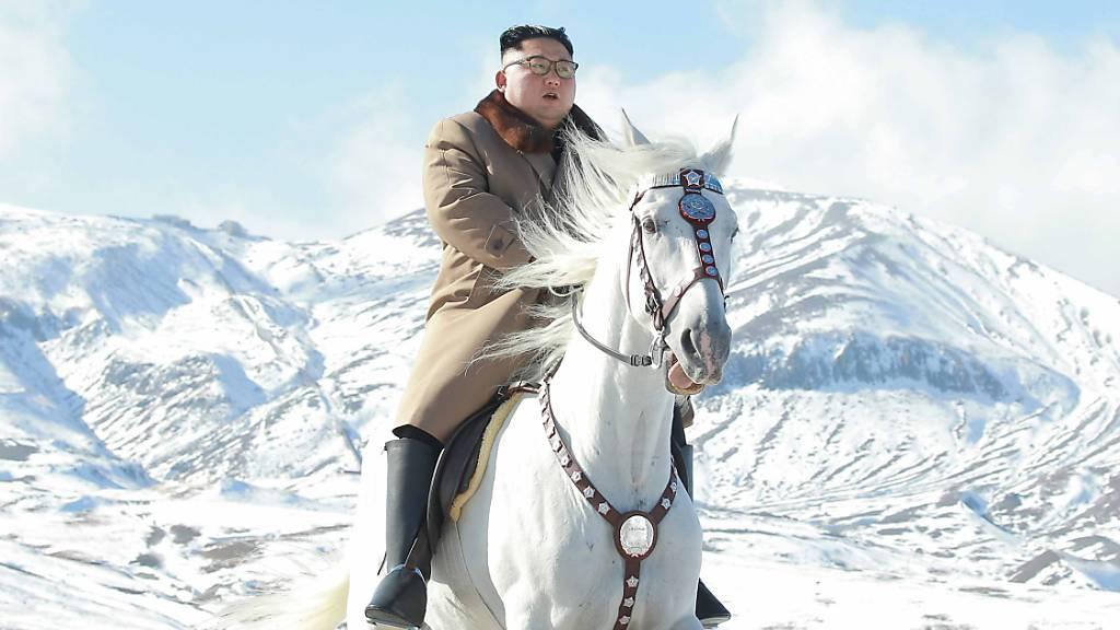 Kim Jong Un hoch zu Pferde auf höchstem Berg des Landes