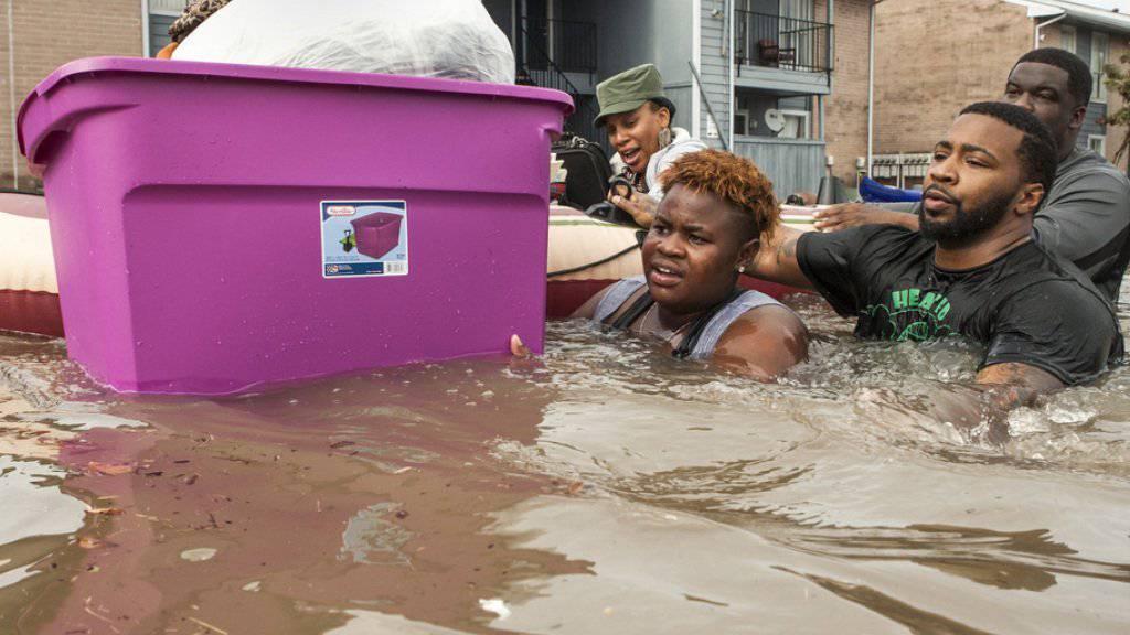Mannshohes Wasser im US-Bundesstaat Texas: Anwohner bringen ihr Hab und Gut in Sicherheit.