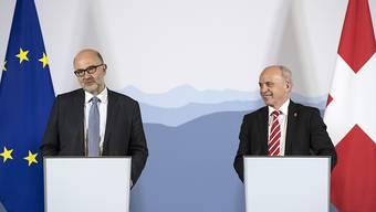 Lockere Stimmung nach dem Treffen zwischen Finanzminister Ueli Maurer und dem EU-Wirtschaftskommissar Pierre Moscovici. Letzterer lobte die Fortschritte der Schweiz im Kampf gegen Steuerflucht.