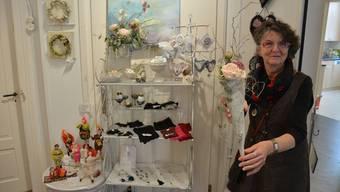 Kathrin Perler präsentiert ihre Künstlerecke im Scriptum. In der Hand hält sie eine selbst gemachte Beton-Art-Tüte.
