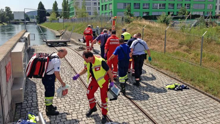 Badeunfall in Dietikon: Die Ambulanz hilft einem verletzten Schwimmer