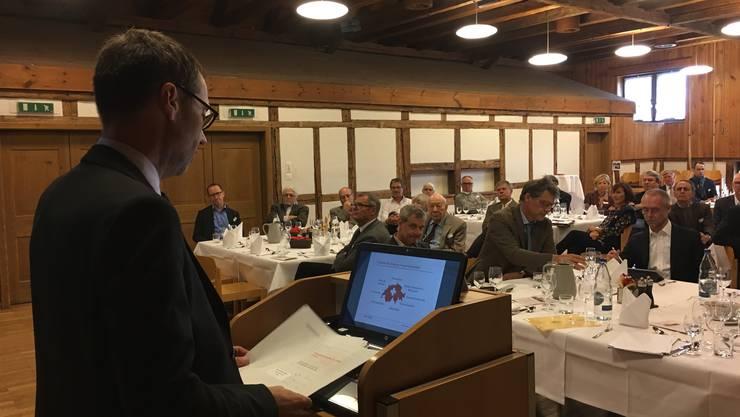 Peter Grünenfelder hält an dem Wirtschaftslunches der FDP Bezirk Dietikon eine Rede.
