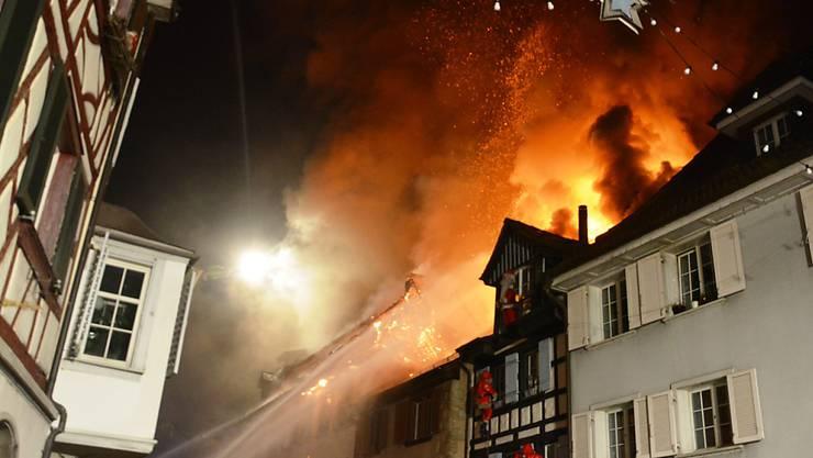 Löscharbeiten in der Altstadt von Steckborn TG beim Grossbrand vom 21. Dezember 2015