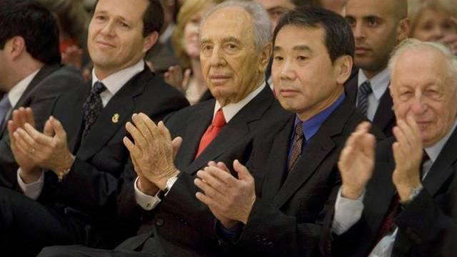 Schriftsteller Haruki Murakami - hier neben Simon Peres (Archiv)