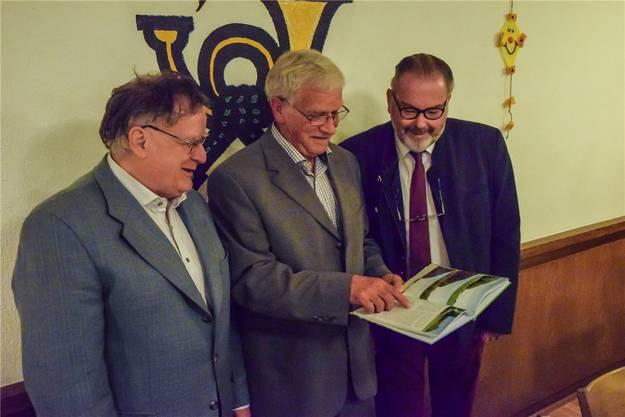 Roman Lindenmann (r.) präsentiert mit Benedikt Stalder das Flurbuch. Archiv/az