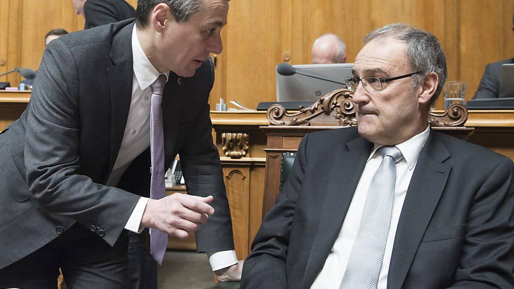 Aussenminister Ignazio Cassis (links im Bild) und Sportminister Guy Parmelin (rechts im Bild) nehmen die Fussballspieler der Nationalmannschaft mit ihrer umstrittenen Doppeladler-Geste in Schutz. (Archivbild)