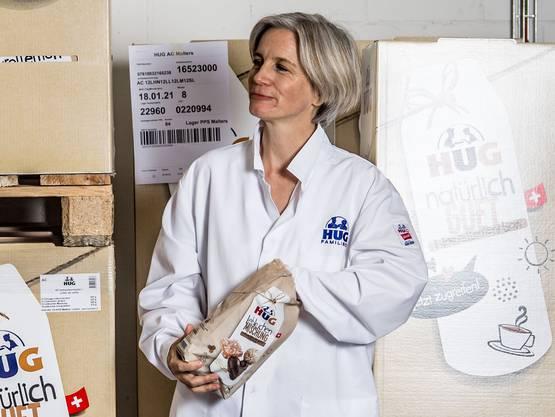 Anna Hug, Co-Geschäftsleiterin der Hug AG, im Warenlager in Malters.