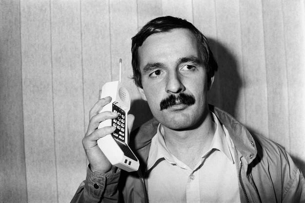 1983: Das erste kommerziell erhältliche Mobiltelefon ohne Kabel kam auf den Markt. Das allererste Modell wurde von Motorola hergestellt und hiess DynaTAC 8000x.