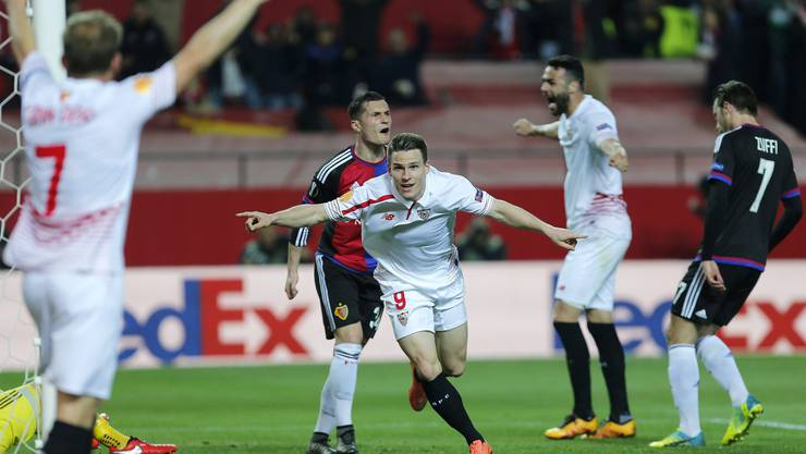 Der FC Basel – hier Xhaka und Zuffi – scheiterte einmal mehr beim Versuch, die spanischen Fussballkünste zu stoppen.