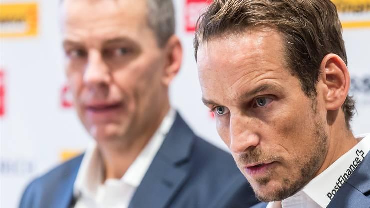 Nationaltrainer Patrick Fischer (rechts) erklärt und sein neuer Assistent Tommy Albelin kontrolliert aus dem Hintergrund, dass der Chef taktisch das Richtige sagt.