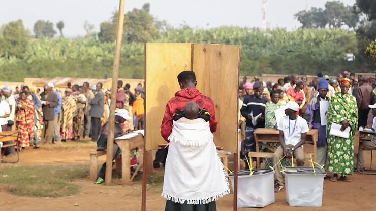 Eine Frau füllt ihren Wahlzettel für die Wahl in Burundi aus. Die Parlamentswahlen vom Montag sind aus Sicht der UNO nicht fair abgelaufen (Archivbild).