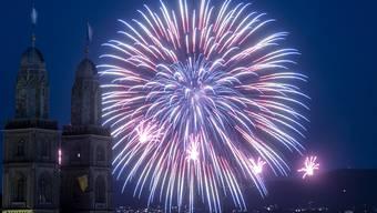 """Immer mit lauten """"Ahs"""" und """"Ohs"""" begrüsst: Feuerwerk, hier hinter dem Grossmünster am Züri Fäscht in Zürich. (Archivbild)"""