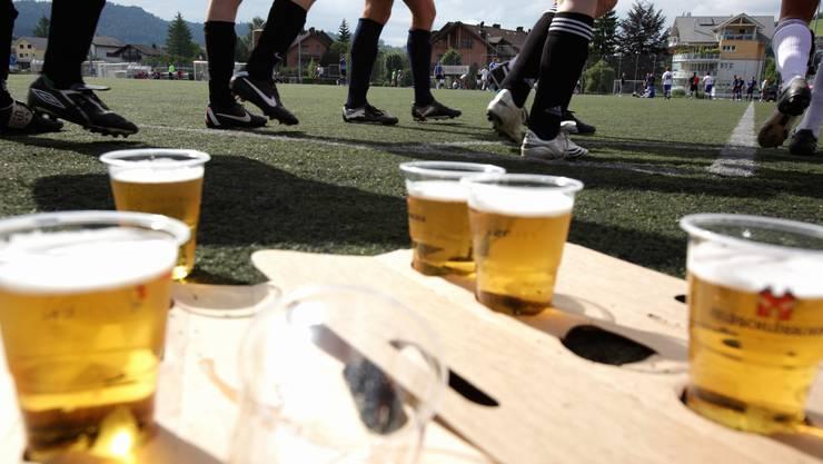 Bier und Fussball am Grümpi in Unterägeri.